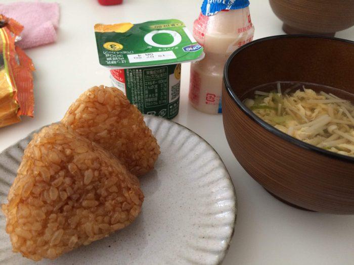 コープデリ焼きおにぎりを使った朝食の例