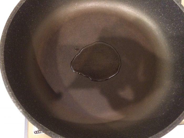 フライパンに油を入れる